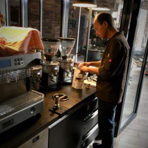 Rolf bei der Zubereitung